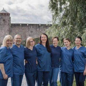 Klinikan henkilökunta Olavinlinna taustalla
